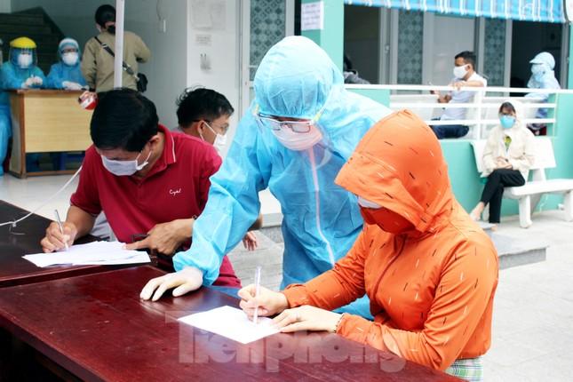 Xem các kíp xét nghiệm COVID-19 'làm hết công suất' lấy mẫu cho người dân Đà Nẵng ảnh 2