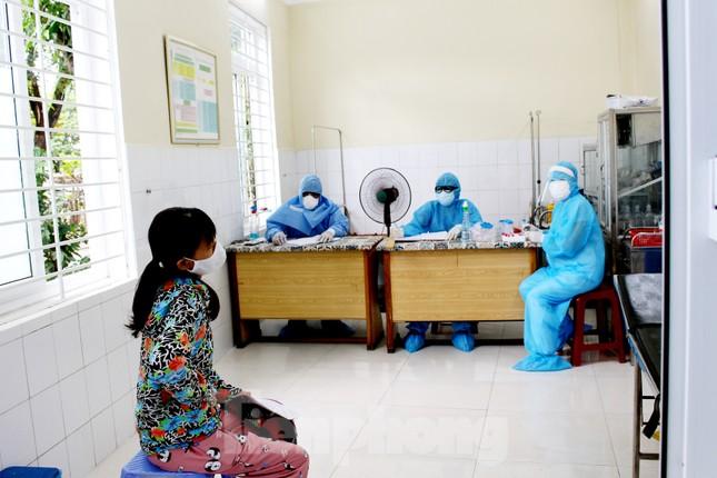 Xem các kíp xét nghiệm COVID-19 'làm hết công suất' lấy mẫu cho người dân Đà Nẵng ảnh 5