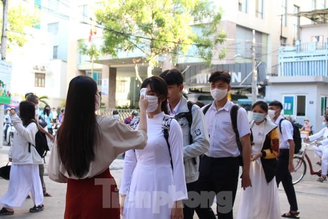 Học sinh Đà Nẵng bắt đầu năm học mới với khẩu trang, nước sát khuẩn ảnh 4