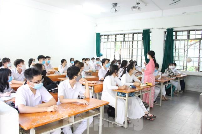 Học sinh Đà Nẵng bắt đầu năm học mới với khẩu trang, nước sát khuẩn ảnh 15