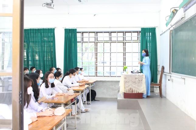 Học sinh Đà Nẵng bắt đầu năm học mới với khẩu trang, nước sát khuẩn ảnh 12