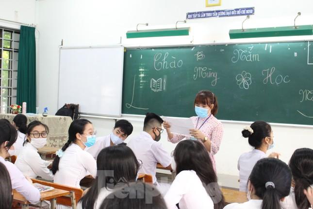 Học sinh Đà Nẵng bắt đầu năm học mới với khẩu trang, nước sát khuẩn ảnh 13