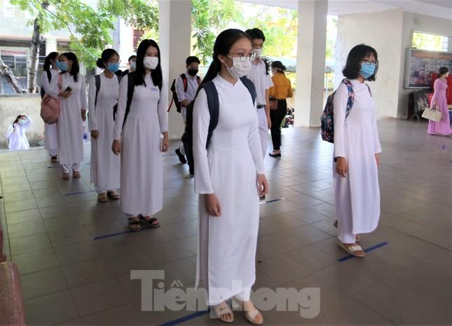 Học sinh Đà Nẵng bắt đầu năm học mới với khẩu trang, nước sát khuẩn ảnh 11