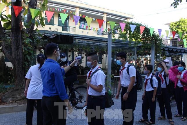 Học sinh Đà Nẵng bắt đầu năm học mới với khẩu trang, nước sát khuẩn ảnh 1