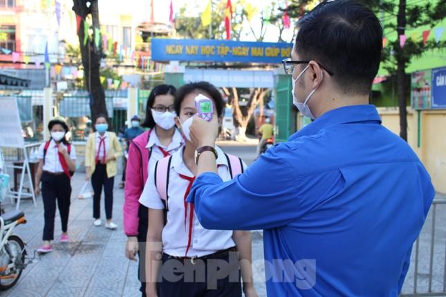 Học sinh Đà Nẵng bắt đầu năm học mới với khẩu trang, nước sát khuẩn ảnh 3