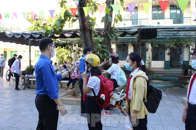 Học sinh Đà Nẵng bắt đầu năm học mới với khẩu trang, nước sát khuẩn ảnh 2