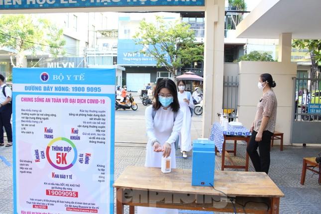 Học sinh Đà Nẵng bắt đầu năm học mới với khẩu trang, nước sát khuẩn ảnh 9