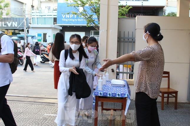 Học sinh Đà Nẵng bắt đầu năm học mới với khẩu trang, nước sát khuẩn ảnh 7