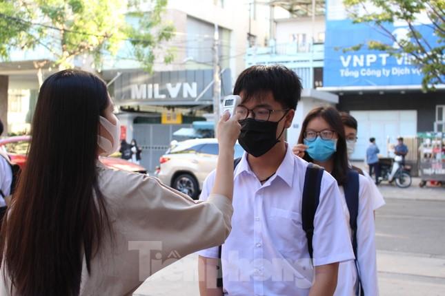 Học sinh Đà Nẵng bắt đầu năm học mới với khẩu trang, nước sát khuẩn ảnh 5