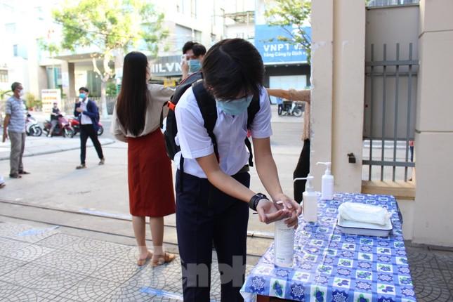 Học sinh Đà Nẵng bắt đầu năm học mới với khẩu trang, nước sát khuẩn ảnh 8