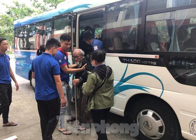 Thanh niên Đà Nẵng 'đi từng ngõ, gõ từng nhà' giúp dân sơ tán tránh bão số 13 ảnh 1