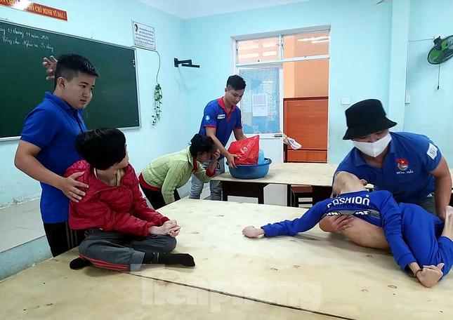 Thanh niên Đà Nẵng 'đi từng ngõ, gõ từng nhà' giúp dân sơ tán tránh bão số 13 ảnh 4