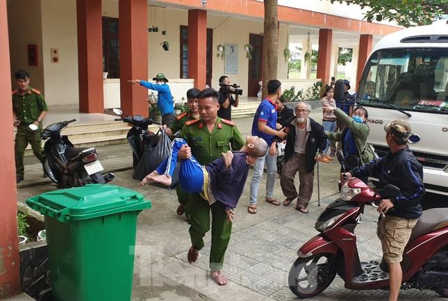 Thanh niên Đà Nẵng 'đi từng ngõ, gõ từng nhà' giúp dân sơ tán tránh bão số 13 ảnh 2
