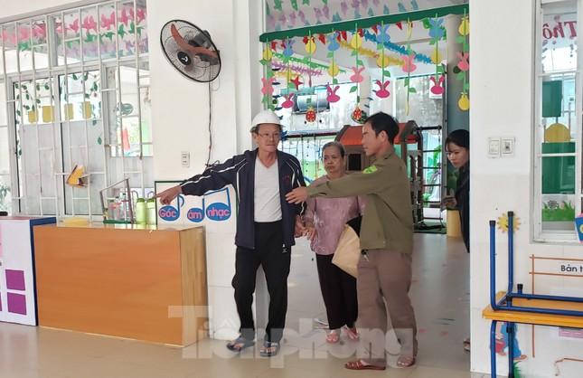 Thanh niên Đà Nẵng 'đi từng ngõ, gõ từng nhà' giúp dân sơ tán tránh bão số 13 ảnh 8