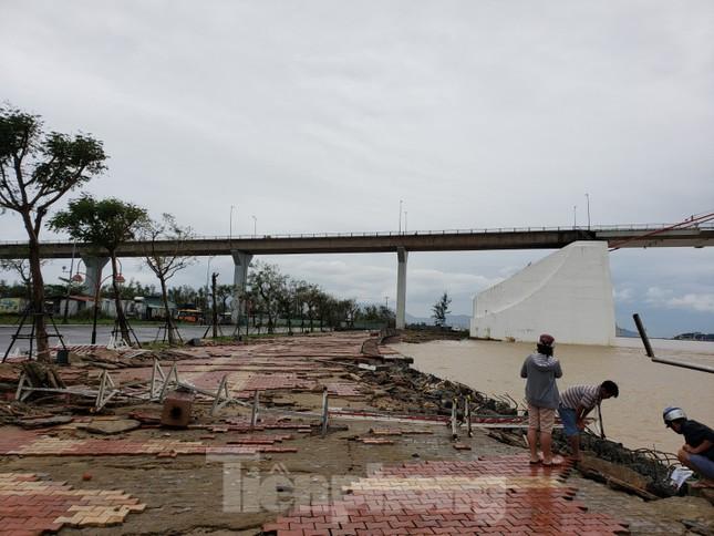 Bờ biển Đà Nẵng ngổn ngang, kè sông sụt lún vì bão số 13 ảnh 1