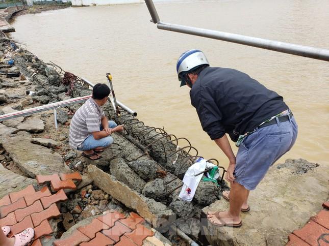 Bờ biển Đà Nẵng ngổn ngang, kè sông sụt lún vì bão số 13 ảnh 2