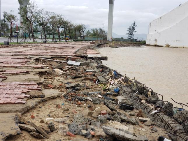 Bờ biển Đà Nẵng ngổn ngang, kè sông sụt lún vì bão số 13 ảnh 3