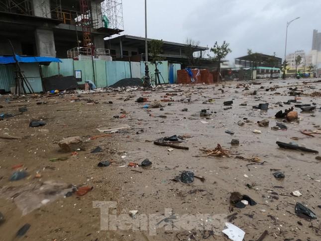 Bờ biển Đà Nẵng ngổn ngang, kè sông sụt lún vì bão số 13 ảnh 9
