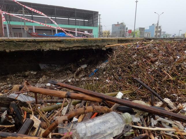 Bờ biển Đà Nẵng ngổn ngang, kè sông sụt lún vì bão số 13 ảnh 11