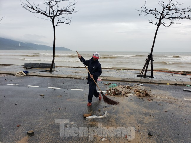 Bờ biển Đà Nẵng ngổn ngang, kè sông sụt lún vì bão số 13 ảnh 10
