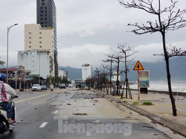 Bờ biển Đà Nẵng ngổn ngang, kè sông sụt lún vì bão số 13 ảnh 8