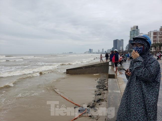 Bờ biển Đà Nẵng ngổn ngang, kè sông sụt lún vì bão số 13 ảnh 14