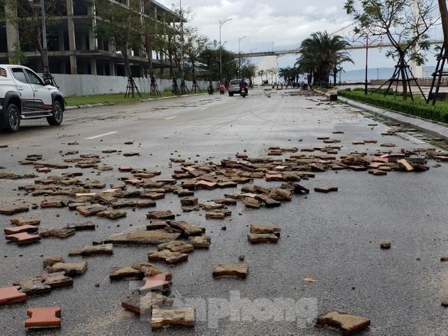 Bờ biển Đà Nẵng ngổn ngang, kè sông sụt lún vì bão số 13 ảnh 4