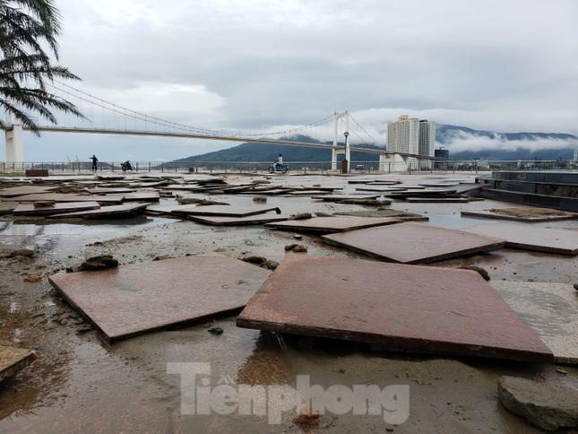 Bờ biển Đà Nẵng ngổn ngang, kè sông sụt lún vì bão số 13 ảnh 5