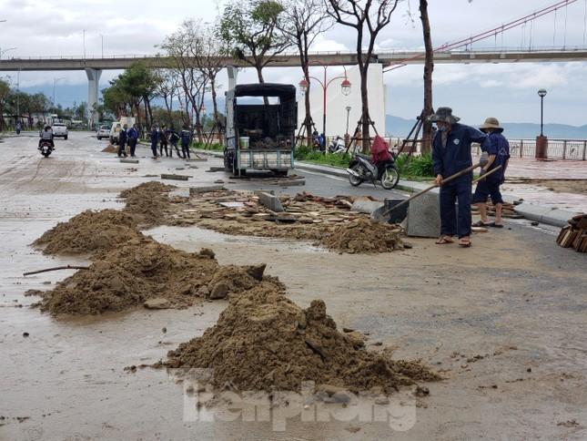 Bờ biển Đà Nẵng ngổn ngang, kè sông sụt lún vì bão số 13 ảnh 6