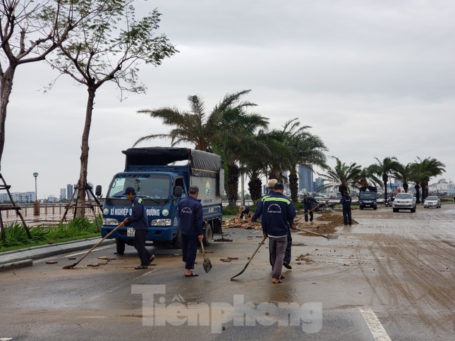 Bờ biển Đà Nẵng ngổn ngang, kè sông sụt lún vì bão số 13 ảnh 7