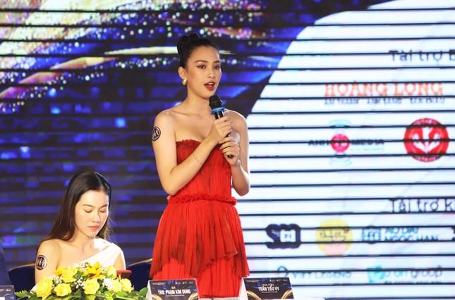 Tiểu Vy, Kiều Loan 'cầm cân nảy mực' Hoa khôi Du lịch Đà Nẵng 2021 ảnh 4