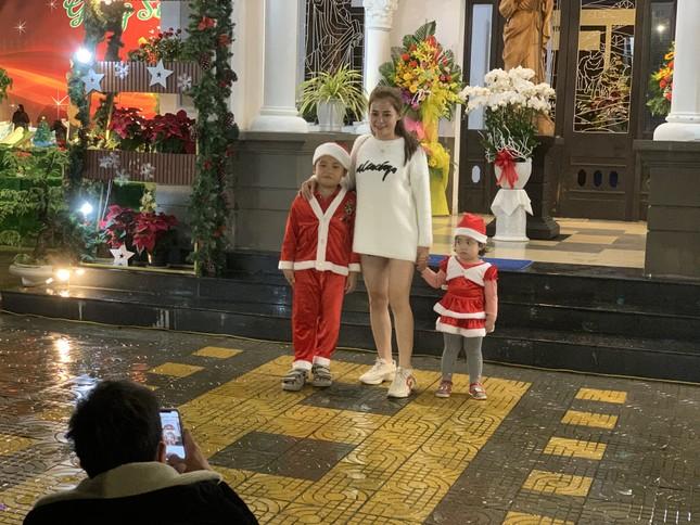 Các 'thiên thần nhỏ' háo hức dạo phố đón Giáng sinh ảnh 2