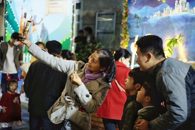 Các 'thiên thần nhỏ' háo hức dạo phố đón Giáng sinh ảnh 5