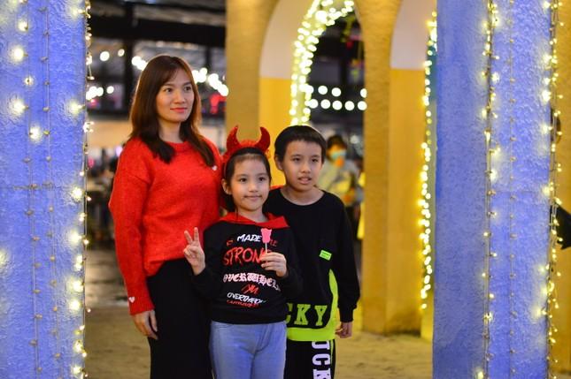 Các 'thiên thần nhỏ' háo hức dạo phố đón Giáng sinh ảnh 10