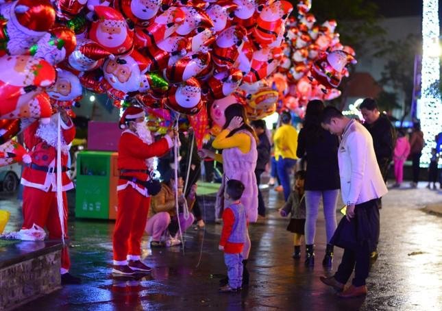 Các 'thiên thần nhỏ' háo hức dạo phố đón Giáng sinh ảnh 6
