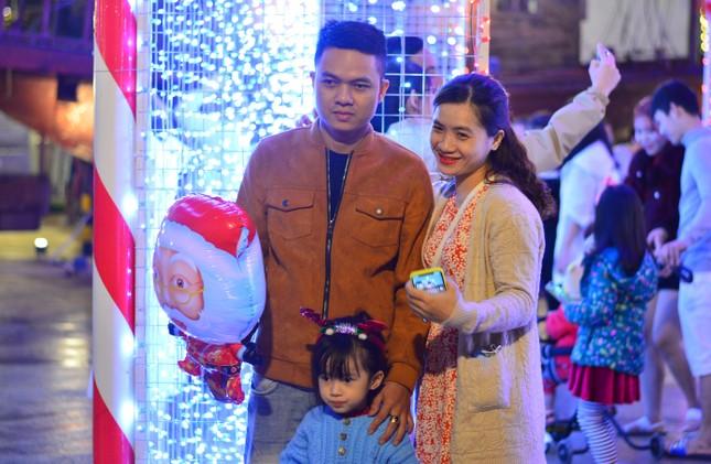 Các 'thiên thần nhỏ' háo hức dạo phố đón Giáng sinh ảnh 7