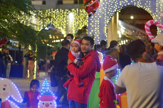 Các 'thiên thần nhỏ' háo hức dạo phố đón Giáng sinh ảnh 8