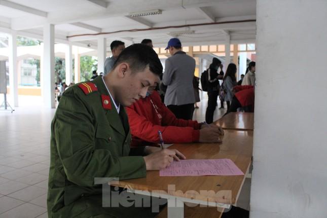 Sôi động Chủ nhật Đỏ ở Đà Nẵng: Giới trẻ xếp hàng từ sáng sớm tình nguyện hiến máu ảnh 4