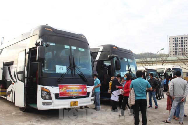 Người lao động náo nức về Tết trên chuyến xe công đoàn ảnh 4