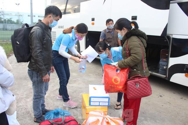 Người lao động náo nức về Tết trên chuyến xe công đoàn ảnh 7