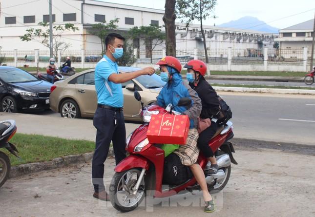 Người lao động náo nức về Tết trên chuyến xe công đoàn ảnh 1
