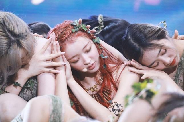 """7 nàng """"công chúa K-Pop"""" xinh đẹp như bước ra từ truyện cổ tích: Rosé, IU và còn ai nữa? ảnh 10"""