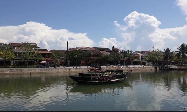 Đà Nẵng: Fan lỡ hẹn với Wowy, Dế Choắt, Tlinh... đường phố ngày lễ vắng hơn ngày thường ảnh 13