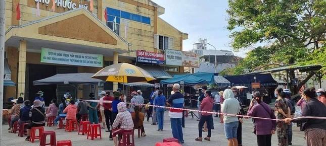 Đà Nẵng: Một chợ bị phong tỏa vì liên quan đến BN 2989, 400 người được lấy mẫu xét nghiệm ảnh 3