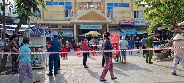 Đà Nẵng: Một chợ bị phong tỏa vì liên quan đến BN 2989, 400 người được lấy mẫu xét nghiệm ảnh 2