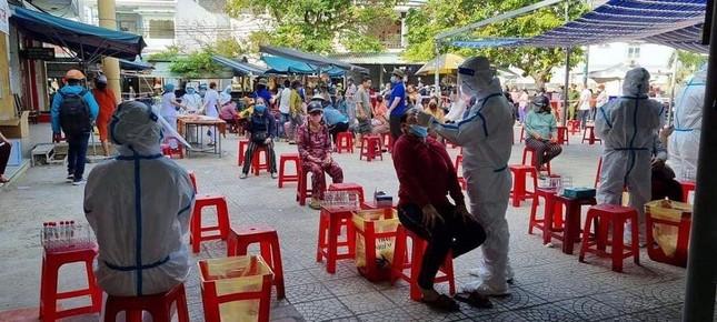 Đà Nẵng: Một chợ bị phong tỏa vì liên quan đến BN 2989, 400 người được lấy mẫu xét nghiệm ảnh 4