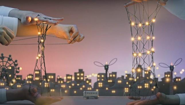 Clip quảng cáo chạm đến trái tim khi thắp sáng cả một thị trấn nhờ những sợi chỉ ảnh 4