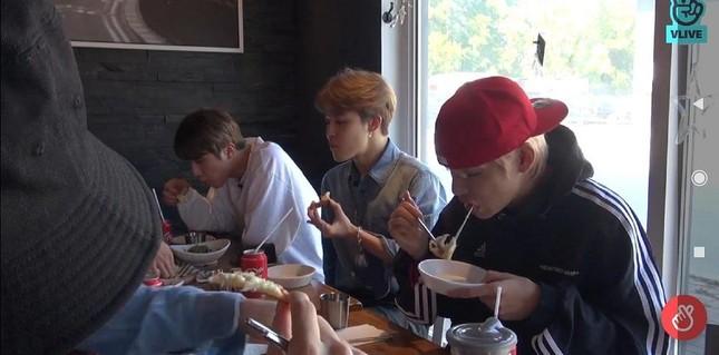 Hãy cho BTS một đôi đũa, BTS có thể gắp cả thế giới để ăn: Đến bánh kem còn gắp được mà! ảnh 4