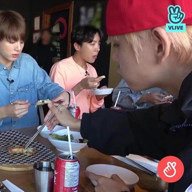 Hãy cho BTS một đôi đũa, BTS có thể gắp cả thế giới để ăn: Đến bánh kem còn gắp được mà! ảnh 5