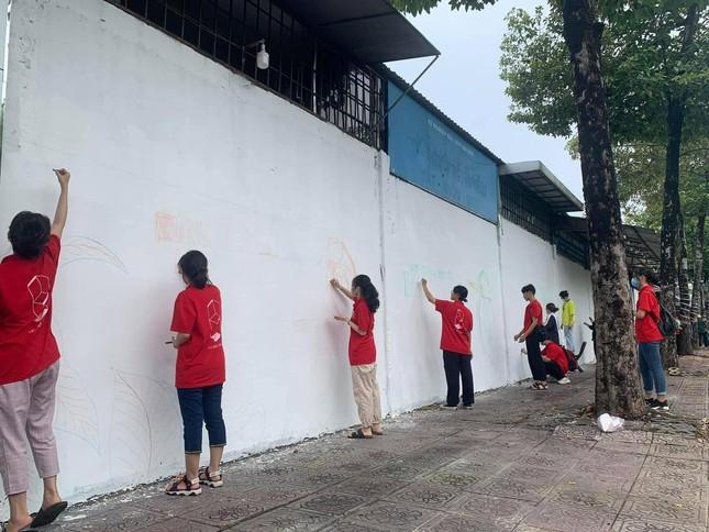 """TP.HCM: Giới trẻ """"đổi màu áo"""" cho những bức tường cũ, tiếp thêm năng lượng sống xanh ảnh 1"""